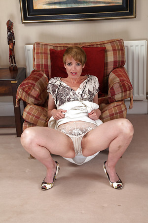 Amateur milf Maria undresses to amaze with her never shaved pussy